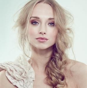 nude-farben-makeup-ideen-blondes-haar-blaue-augen-lippenstift-lidschatten